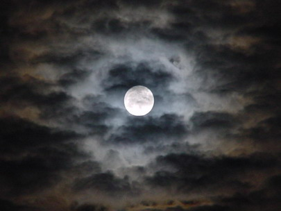 las nubes ocultan la luna